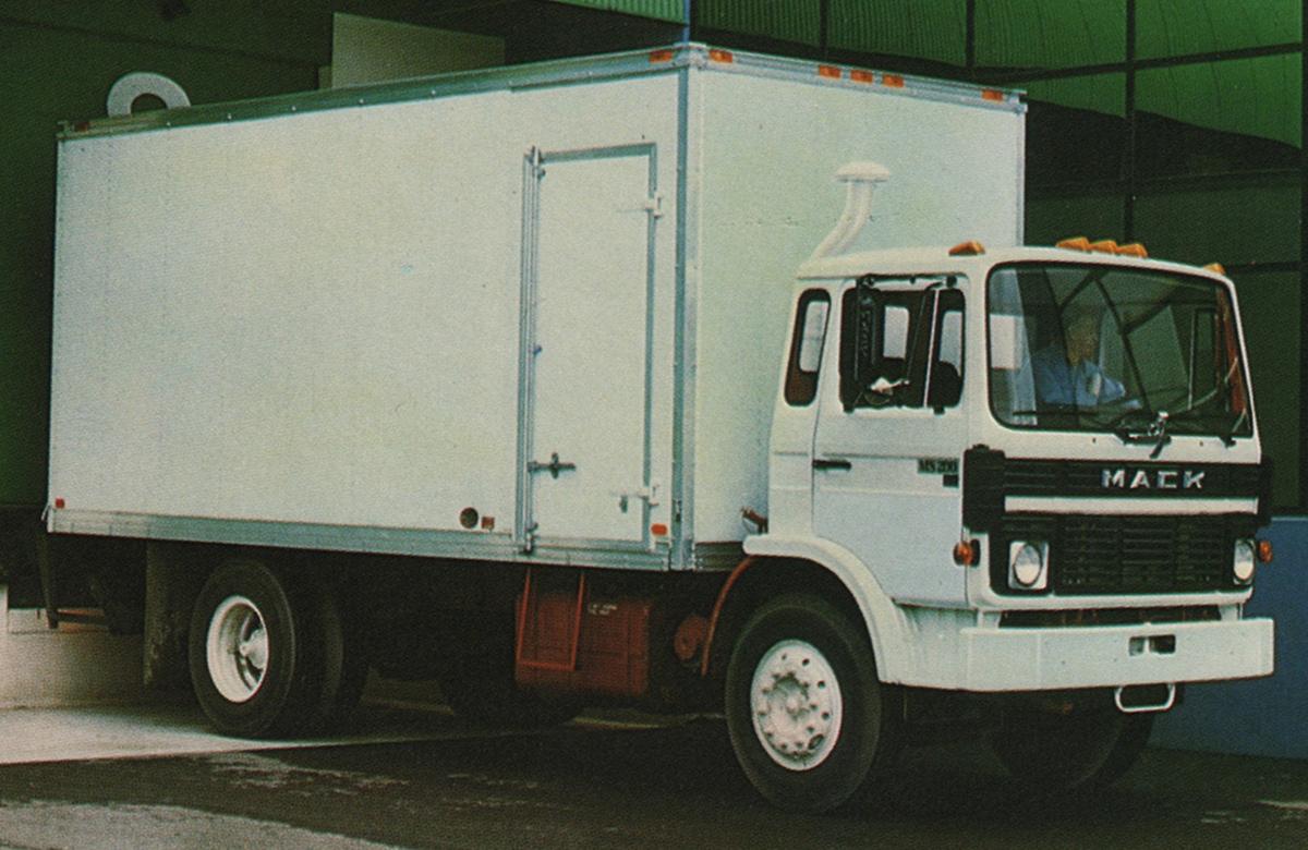 White 1981 Mack Truck Mid-Liner